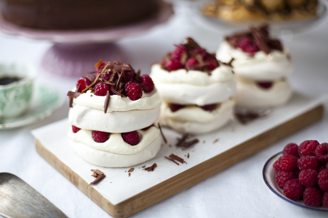 Raspberry-and-Dark-Chocolate-Pavlova_4