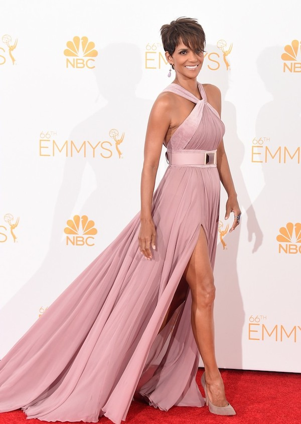 Halle-is-wearing-an-Elie-Saab-dusty-pink-full-length-silk-chiffon-gown-with-velvet-straps-at-bust-and-a-high-slit.-2014-emmy-awards