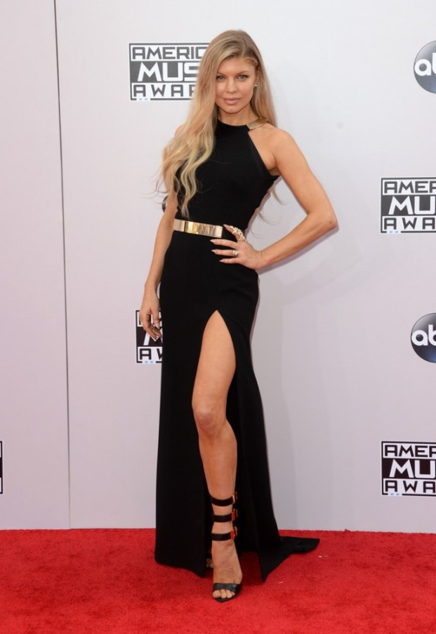 fergie-halston-dress-versus-versace-sandals-2014-American-Music-Awards-Arrivals-vVUkfIZaQ_Gx-687x1000